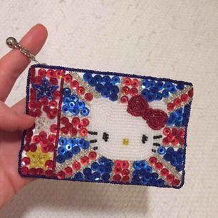 Äkta Hello Kitty plånbok med fina paljetter. Aldrig använd så i perfekt skick! Mycket orginell, köpt i London. ✨