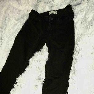 """""""Lisen"""" jeans från Gina, använda fåtal ggr då de blivit för små för mig i benen. Stretchiga! Vid snabbaffär kan priset disskuteras, Skriv privat om ni vill ha fler bilder eller har frågor! Köparen står för frakt."""