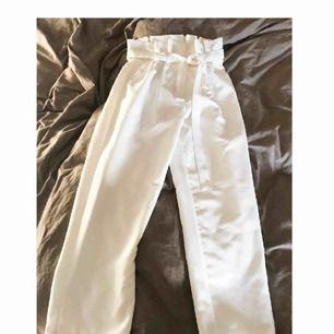 Frakt ingår i priset, storleken är XS men den passar även mig som brukar ha 36 eller S i byxor. Tyget är tjockt och enligt mig känns det som bra kvalité. Dock har en knapp börjat gå upp lite men det är lätt att fixa (se bild 3)