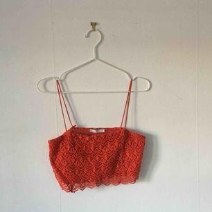 Ett rött kort linne från Zara, använt fåtal gånger. På framsidan av linnet innanför spetsen finns det ett tyg. ☄️Köpare står för frakt och kan mötas upp om ni bor i Stockholm. Skicka meddelande för bild med plagget på☄️