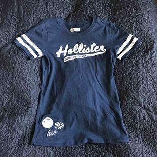 Fin mörk blå Hollister T-shirt. Frakten ingår i priset 😘