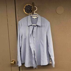 Helt oanvänd blå skjorta. Kan användas för en 36 som en oversize :)