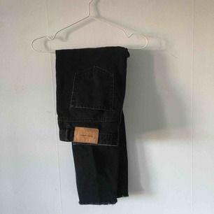 Svarta mom jeans från Zara, väl använda men fortfarande i gott skick. ☄️Köpare står för frakt och kan mötas upp om ni bor i Stockholm. Skicka meddelande för bild med plagget på☄️