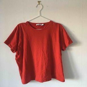 2 st t-shirts från NA-KD. Kan köpas separat för 70 kr st. Använda några gånger och i bra skick. ☄️Köpare står för frakt och kan mötas upp om ni bor i Stockholm. Skicka meddelande för bild med plagget på☄️