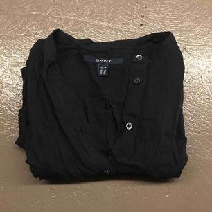 Lång marinblå skjorta GANT.