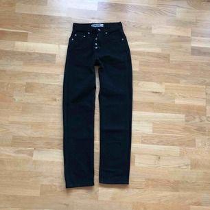 Svarta jeans i rak modell, väldigt fin passform men lite för små för mig tyvärr. Köpta på humana men aldrig använt dom själv, ser väldigt fräscha och nya ut.