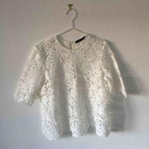 En vit spetstopp från Zara, använd ca 3-4 gånger och därför i väldigt gott skick. Säljer pga kommer inte till användning. ☄️Köpare står för frakt och kan mötas upp om ni bor i Stockholm. Skicka meddelande för bild med plagget på☄️