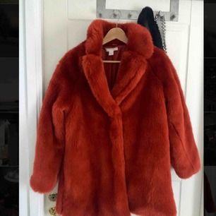 H&M trend röd fuskpäls. Använd fåtal gånger, mycket bra skick. 200kr + frakt
