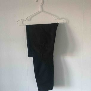 Svarta kostymbyxor från Zara. En hälla i byxan har gått sönder som man ser på bild 2, men jag kan laga om man vill. ☄️Köpare står för frakt och kan mötas upp om ni bor i Stockholm. Skicka meddelande för bild med plagget på☄️