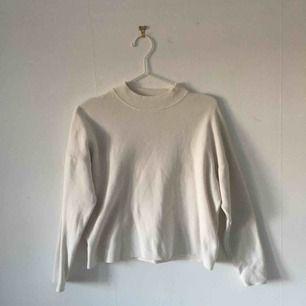 Vit sweatshirt från H&M i gott skick. Står att de är XS men skulle säga att de mer är som en S. ☄️Köpare står för frakt och kan mötas upp om ni bor i Stockholm. Skicka meddelande för bild med plagget på☄️