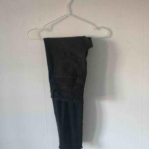 Svarta jeans från H&M, har klippt till dem längst ner som man ser på bild 2. Gott skick. ☄️Köpare står för frakt och kan mötas upp om ni bor i Stockholm. Skicka meddelande för bild med plagget på☄️