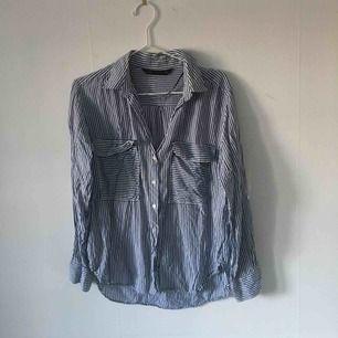 En vit-blå randig tunn skjorta från Zara. Säljer pga använder den inte längre. ☄️Köpare står för frakt och kan mötas upp om ni bor i Stockholm. Skicka meddelande för bild med plagget på☄️