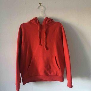 Röd hoodie från NA-KD i väldigt bra skick. Använder inte längre så därför säljer jag den. ☄️Köpare står för frakt och kan mötas upp om ni bor i Stockholm. Skicka meddelande för bild med plagget på☄️
