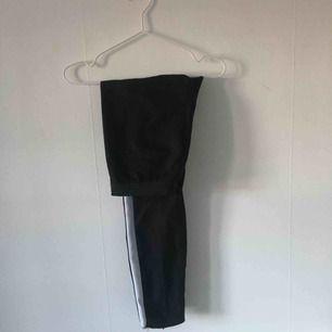 Svarta kostymbyxor med en vit rand på sidan från Zara. ☄️Köpare står för frakt och kan mötas upp om ni bor i Stockholm. Skicka meddelande för bild med plagget på☄️