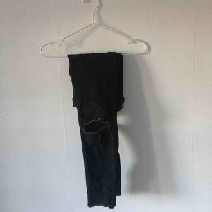 Svarta jeans med hål på knäna från H&M. ☄️Köpare står för frakt och kan mötas upp om ni bor i Stockholm. Skicka meddelande för bild med plagget på☄️