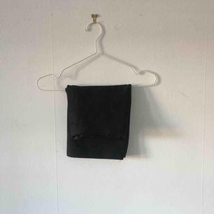 """Svart bodycon kjol från Bik Bok. Längst upp på framsidan är de svarta """"ränder"""" (kolla bild 3). ☄️Köpare står för frakt och kan mötas upp om ni bor i Stockholm. Skicka meddelande för bild med plagget på☄️"""