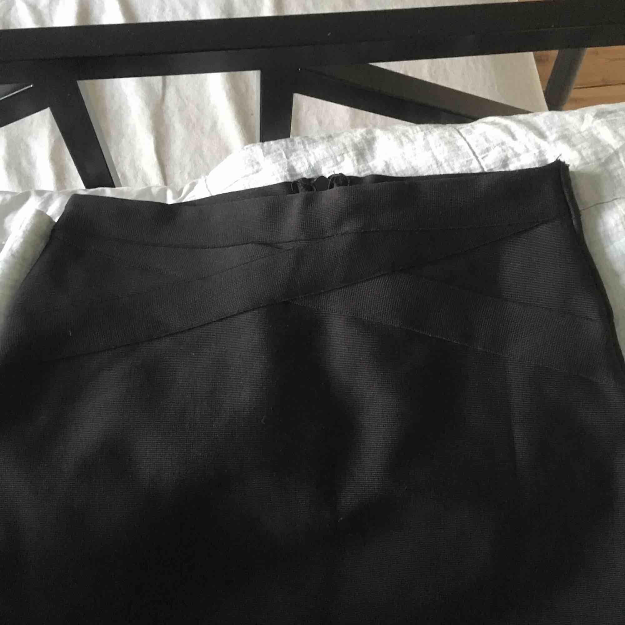 """Svart bodycon kjol från Bik Bok. Längst upp på framsidan är de svarta """"ränder"""" (kolla bild 3). ☄️Köpare står för frakt och kan mötas upp om ni bor i Stockholm. Skicka meddelande för bild med plagget på☄️. Kjolar."""