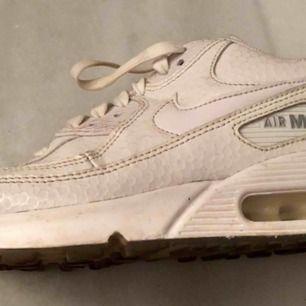 Använda Nike air max vita. 100kr +frakt. Pris kan diskuteras. Dom skickas nytvättade.