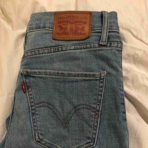 Högmidjade leviś jeans, köpta i leviś butiken i England för ca 1000kr