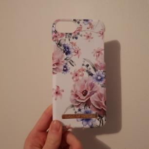 Skål från ideal of Sweden, fint mönster med blommor! Knappt använt men med en liten skada (se bild 3) därav priset. Syns ej när den sitter på telefonen!