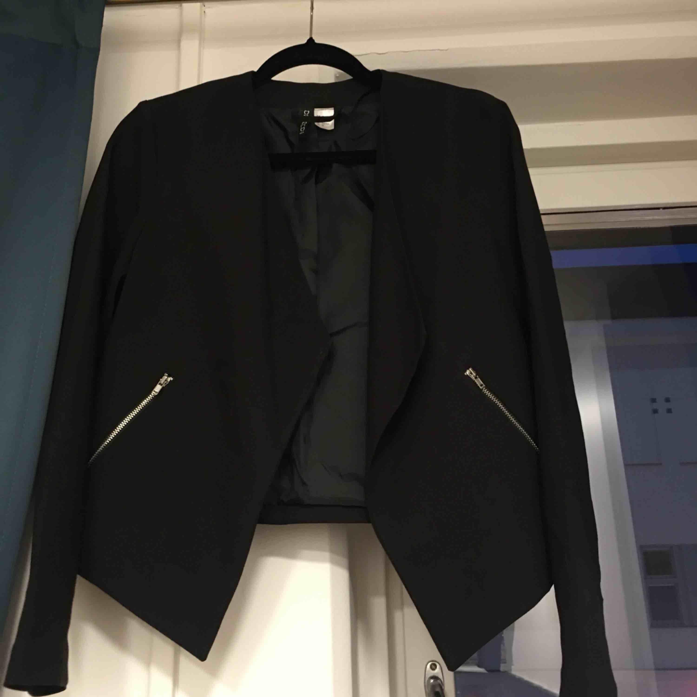 En fin och enkel svart kavaj använd några få gånger bara.  Köparen betalar för frakt.  Har swish. . Kostymer.