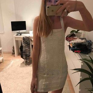 Snygg sommar klänning i spetts från Hollister,  pris + frakt;)