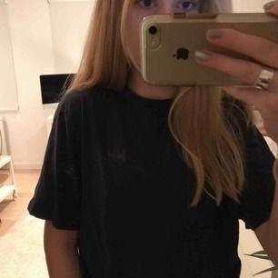 Marinblå t-shirt från Helly Hansen, pris + frakt;)