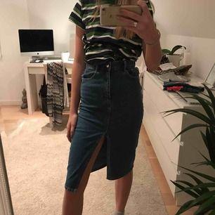 Lång snygg jeanskjol från Zara , helt oanvänd, pris + frakt;)