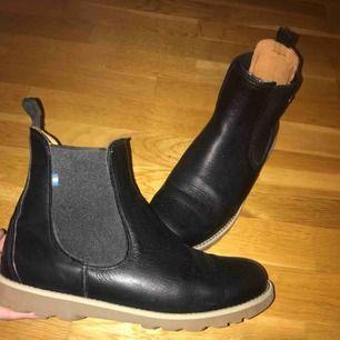 Herrskor från Kavat, använda 1 gång, säljes pågrund av att de är för små! Kavat är kända för deras extremt bra kvalité på deras skor och läder!