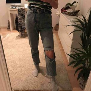 mom jeans med ett hål i knät från Cheap Monday, aldrig använda, pris + frakt;)