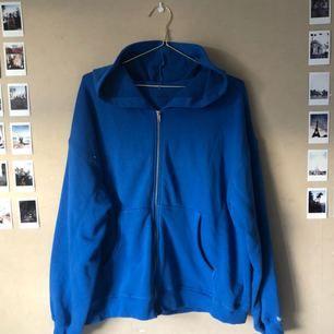 Klarblå zipped hoodie från Junkyard. Den är oversized med kort i modellen. Tunn och bekväm. Sparsamt använd så i fint skick! Frakt tillkommer⚡️