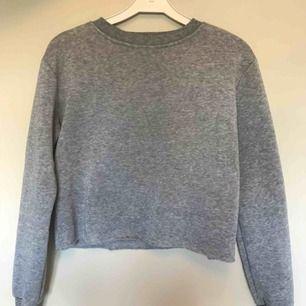 Kort sweatshirt I storlek S, köpte den för ca 200 kr. Minns ej märket och jag har klippt bort lappen. Mysigt material och varm. Kan frakta eller mötas upp i Malmö, ev Köpenhamn