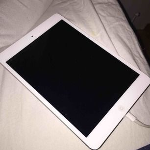 Min iPad Mini 1 som funkar bra! Finns en liten spricka som syns på tredje bilden men det stör inte skärmen alls och man lägger inte ens märke till den! Pris kan diskuteras och laddare samt hörlurar medföljer inte.