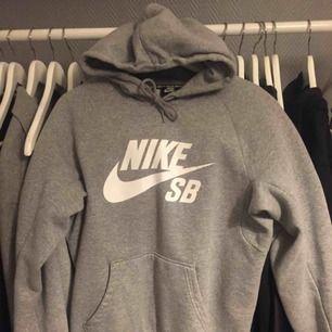 Grå hoodie från Nike SB. Använd men fortfarande i superbra skick! OBS; Herrstorlek:) Köparen står för frakten.