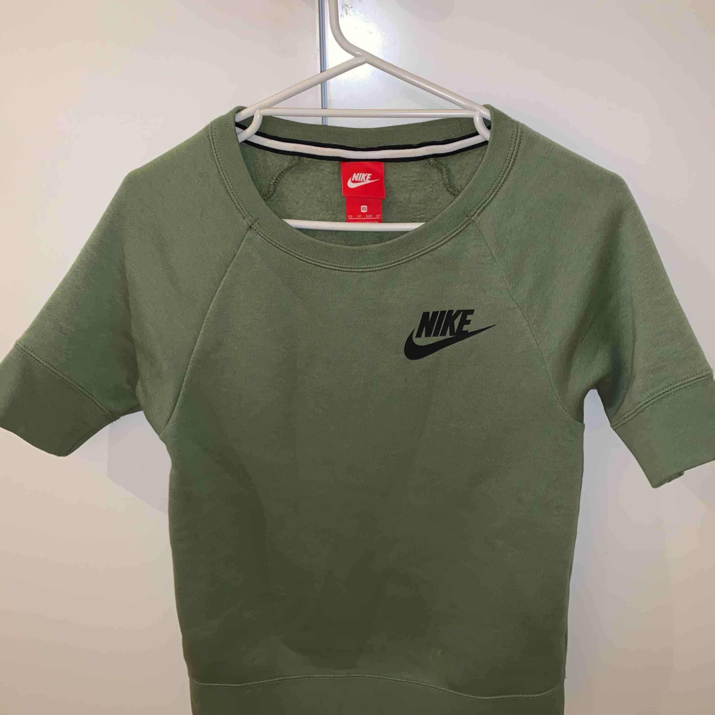 Nike tröja i bra skick. Kan mötas upp i gbg men kan även frakta. Frakt: 55kr. T-shirts.