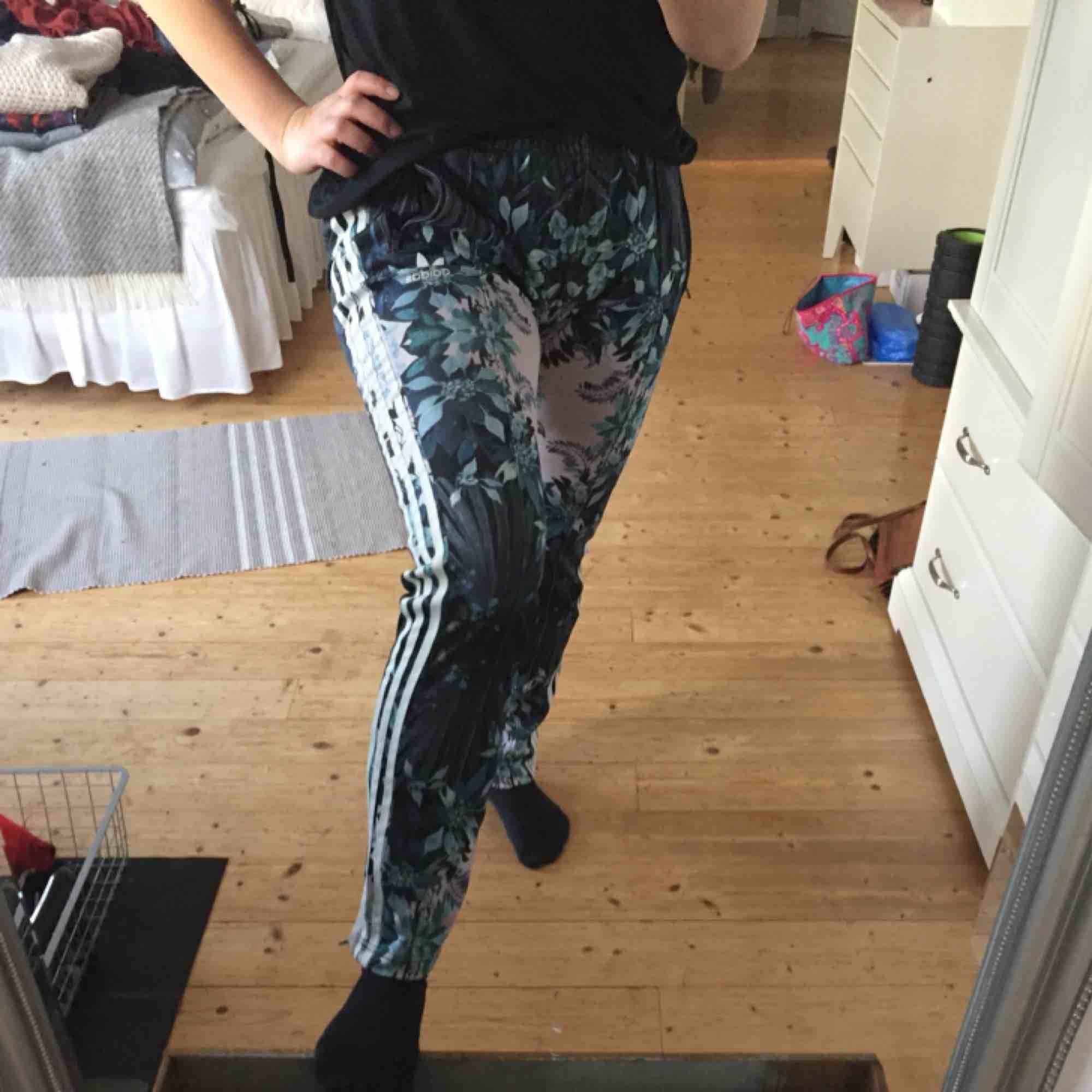 Sjukt snygga adidasbyxor köpta för något år sedan men väldigt sparsamt använda pga lite för långa. (Dragit upp den ganska högt på bilden)   Är 166cm lång.   Kan mötas upp i Växjö.   Skriv gärna vid frågor och funderingar.   Frakt tillkommer  . Jeans & Byxor.