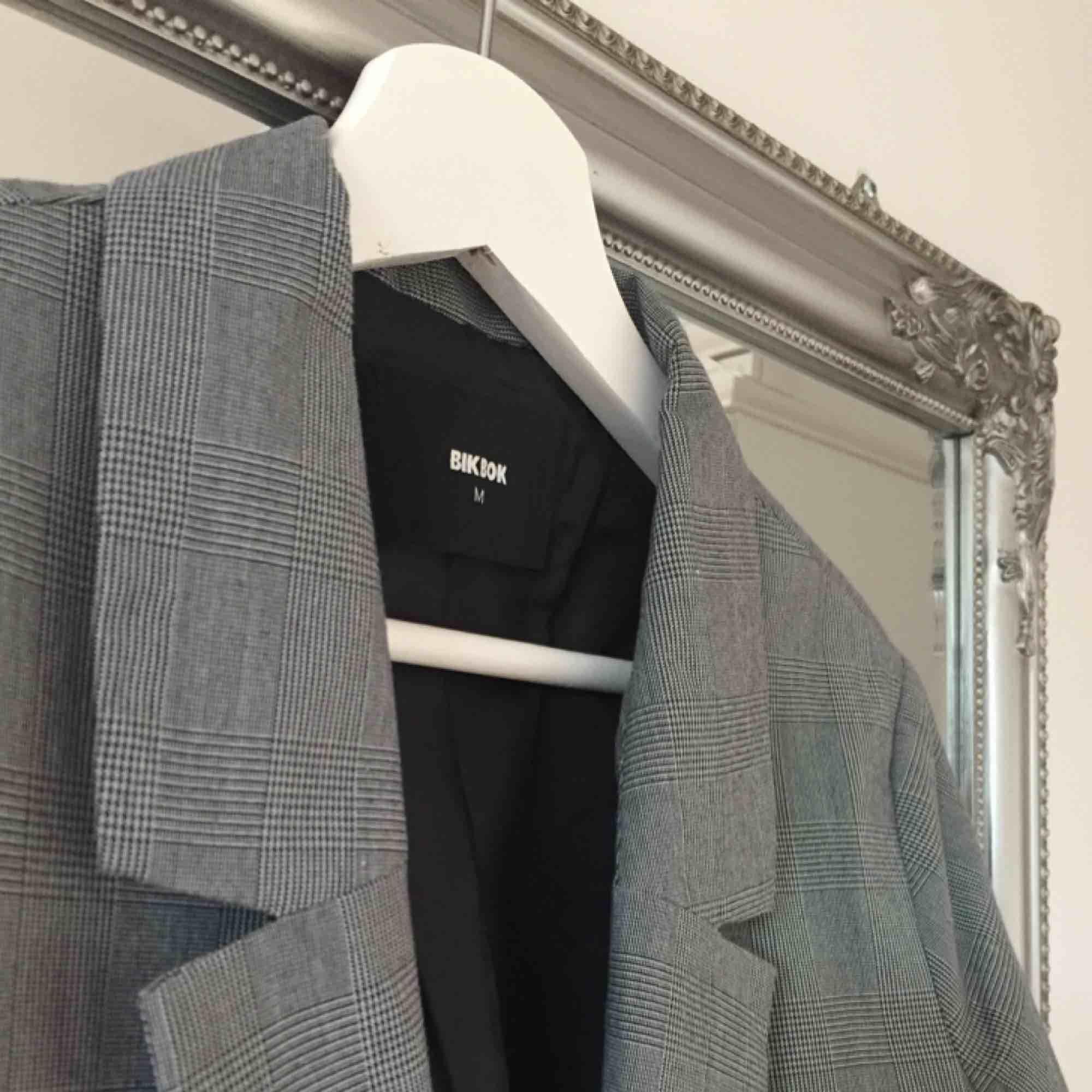 Trendig kavaj från Bik Bok, endast använd vid ett tillfälle.   Kan mötas upp i Växjö, annars tillkommer frakt. . Kostymer.