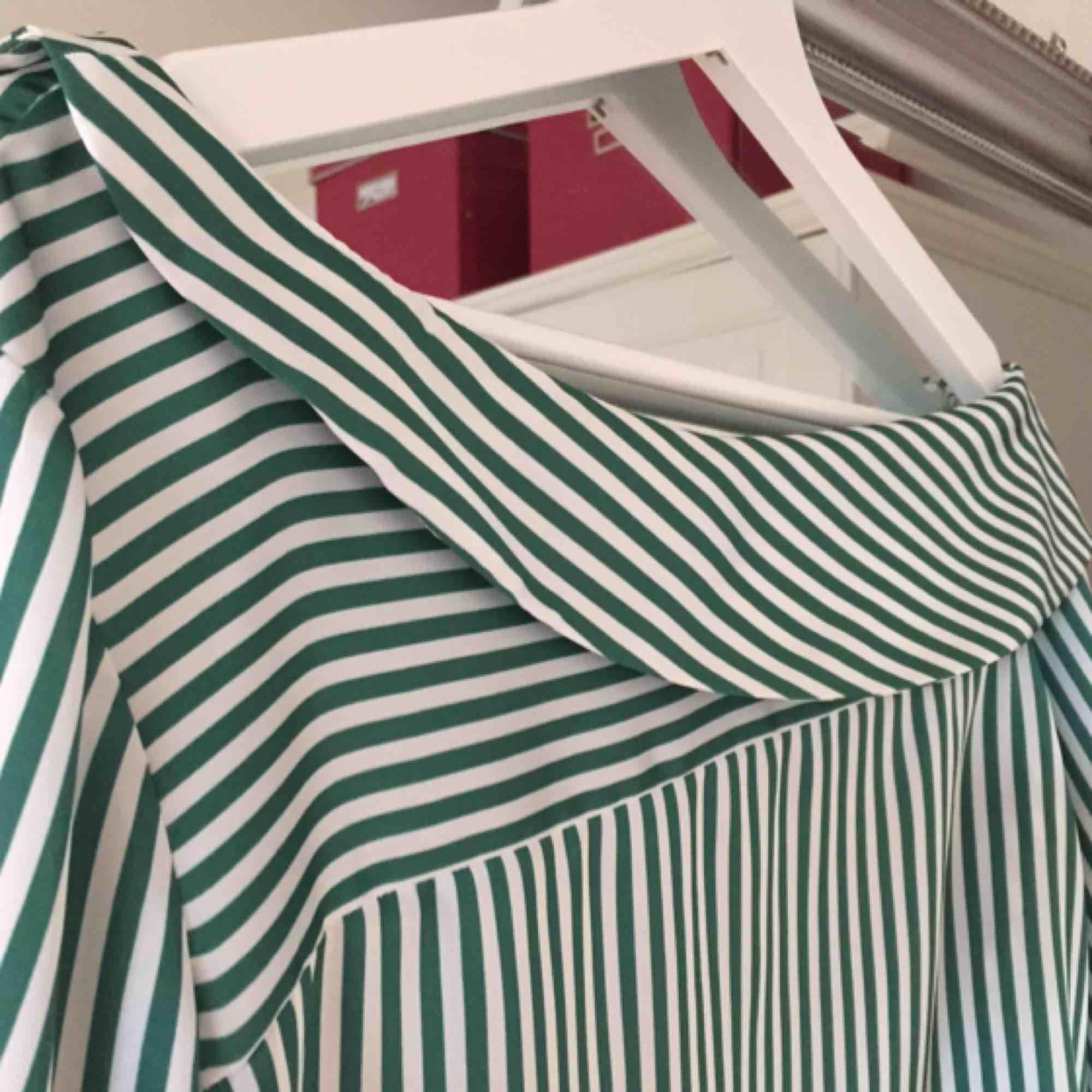 Snygg blus från Gina, endast använd vid ett tillfälle.   Kan mötas upp i Växjö, annars tillkommer frakt!. Blusar.