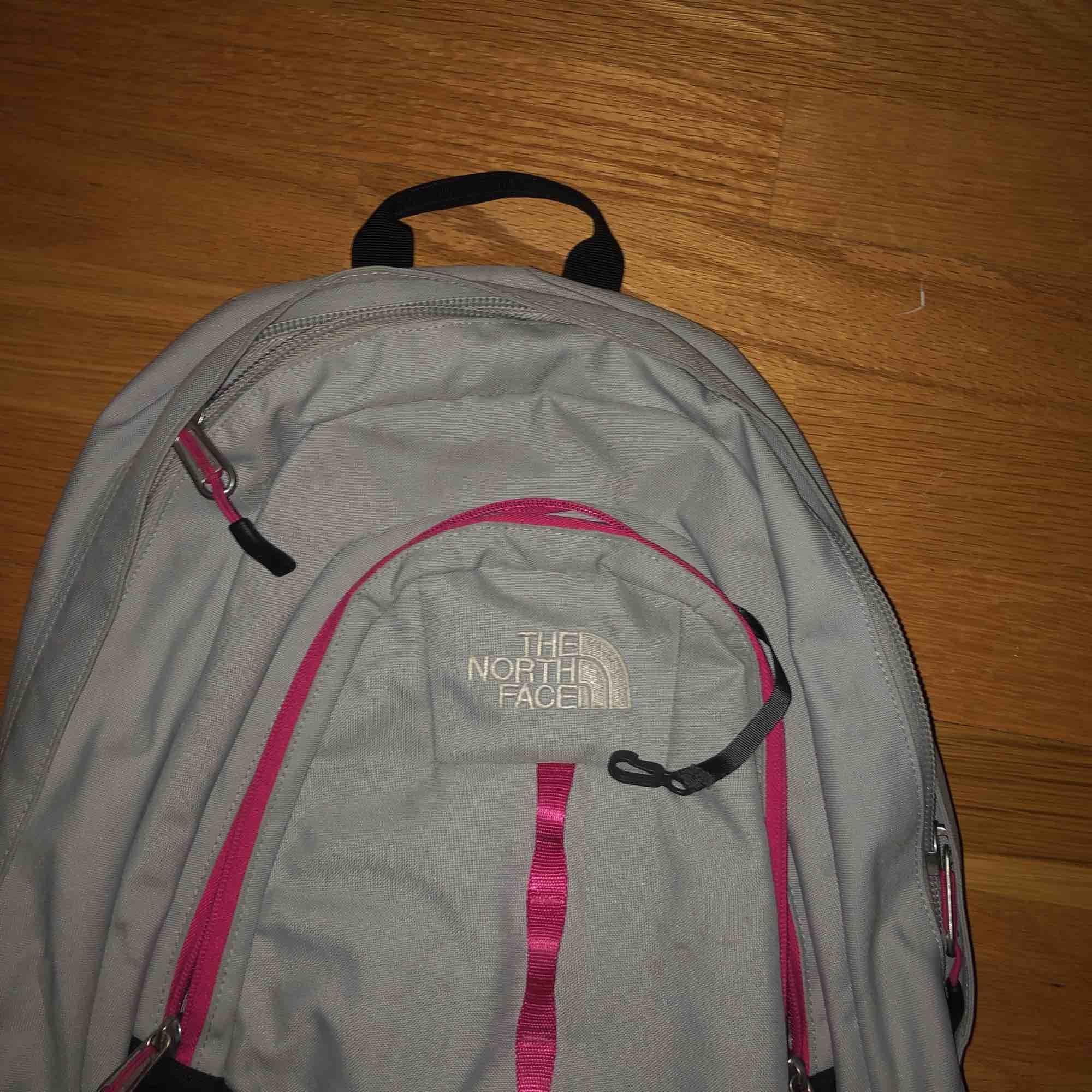 ryggsäck från the north face köpt second hand!! så fin men knappt använd av mig. Väskor.