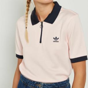 Världens snyggaste pikétröja från Adidas säljs då den tyvärr används för lite och förtjänar att visas upp oftare! Adidas Osaka Polo shirt är en ljusrosa pikétröja med svarta detaljer och svart logo på bröstet. Stängs med cool dragkedja och runt blixtlås. Nypris 600 kr. skickar gärna fler bilder :) Frakt 39 kr.