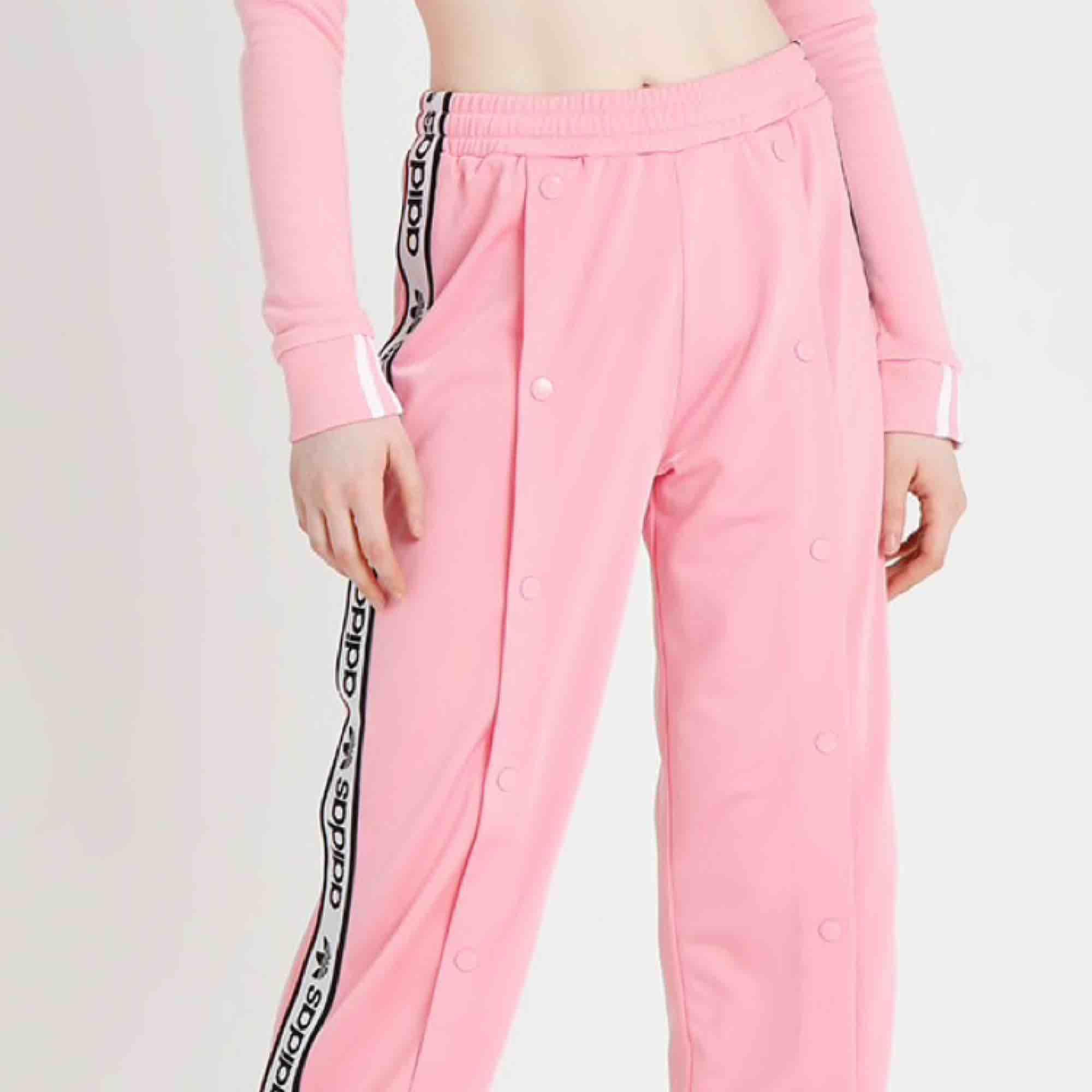 1425390a857 Jeans & bukser Drømbukserne ✨ Rosa Adidas forsøgte kun med tag venstre ✨ +  fragt.