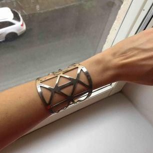 Suuperfint och orginellt armband! Väldigt elegant och stilrent. Har små slitningar som syns i vissa ljus (se bild 3)
