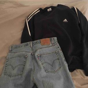 Levis jeans i en ljusblå somrig färg!! En midjan som funkar för storlekarna 27-33 beroende på hur baggy man vill ha dem!