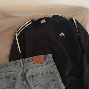 Adidas sweatshirt i en marinblå färg!! Möts gärna upp i Malmö!! (På bilden har jag tröjan nedstoppad)
