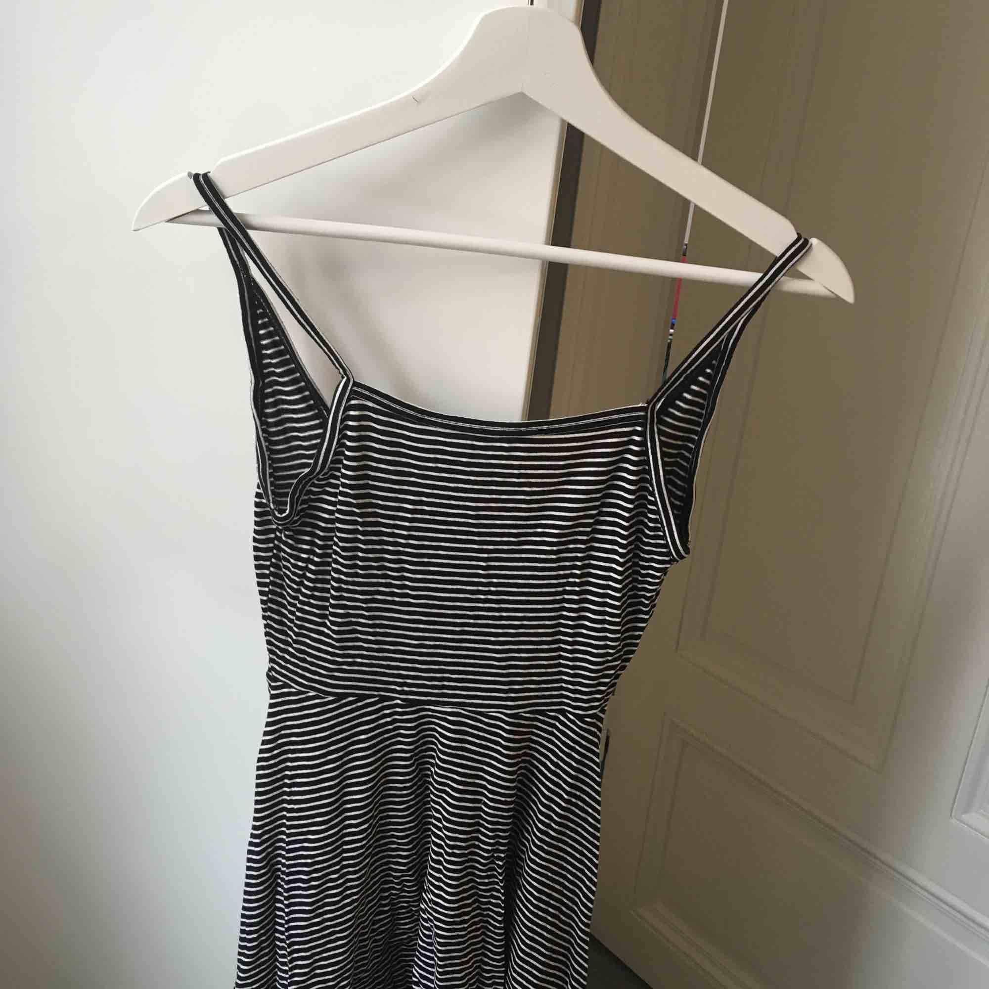 023e49f48f49 Jättesöt enkel klänning! Djupare i ryggen än framtill (se bild 3).