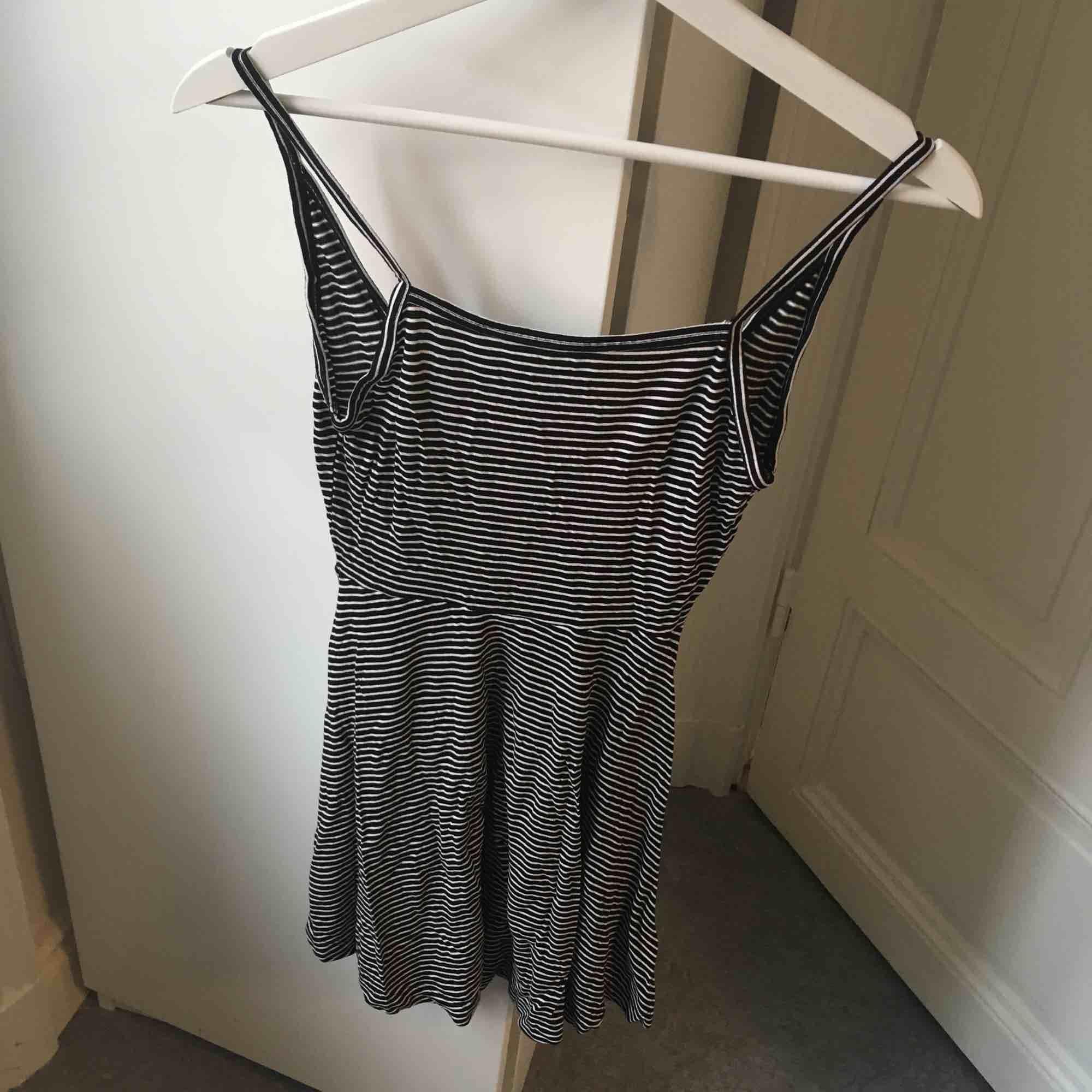 Jättesöt enkel klänning! Djupare i ryggen än framtill (se bild 3).. Klänningar.