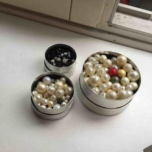 Massa fina pärlor i olika storlekar och färger! cirka 400 gram, dvs nästan ett halvt kilo pärlor. Allihopa för 79 kr! Kan användas till att göra smycken eller för att brodera på tex kläder. Om ni skulle vilja köpa endast en del så går det också bra! ✨