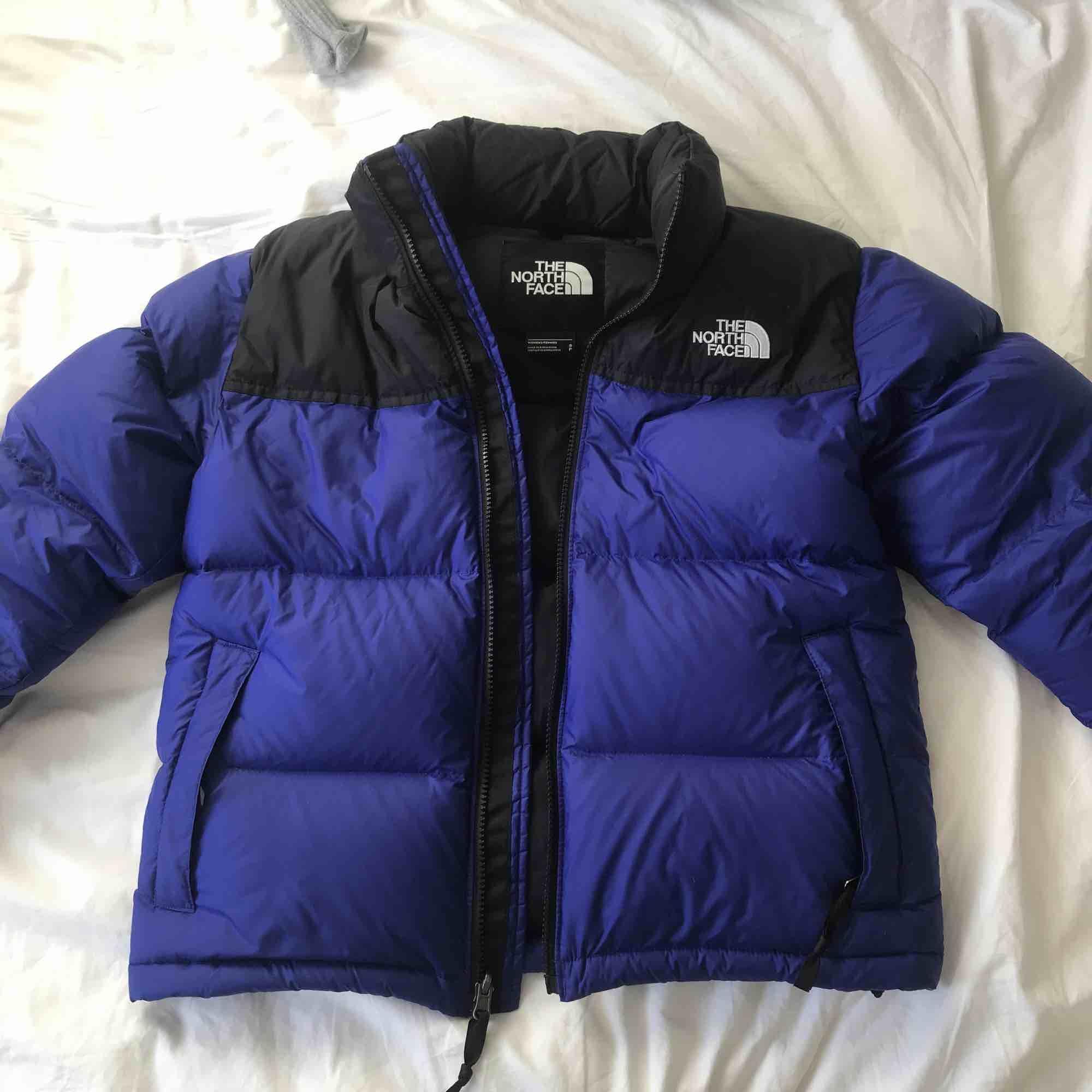 """1996 RETRO NUPTSE North Face jacka i färgen """"Aztec Blue"""". Använd 3 gånger. Superfin och typ min drömjacka, men är för liten! Frakt 59 SEK :-) . Jackor."""