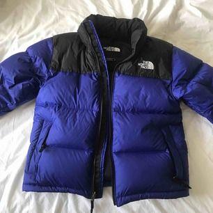 """1996 RETRO NUPTSE North Face jacka i färgen """"Aztec Blue"""". Använd 3 gånger. Superfin och typ min drömjacka, men är för liten! Frakt 59 SEK :-)"""