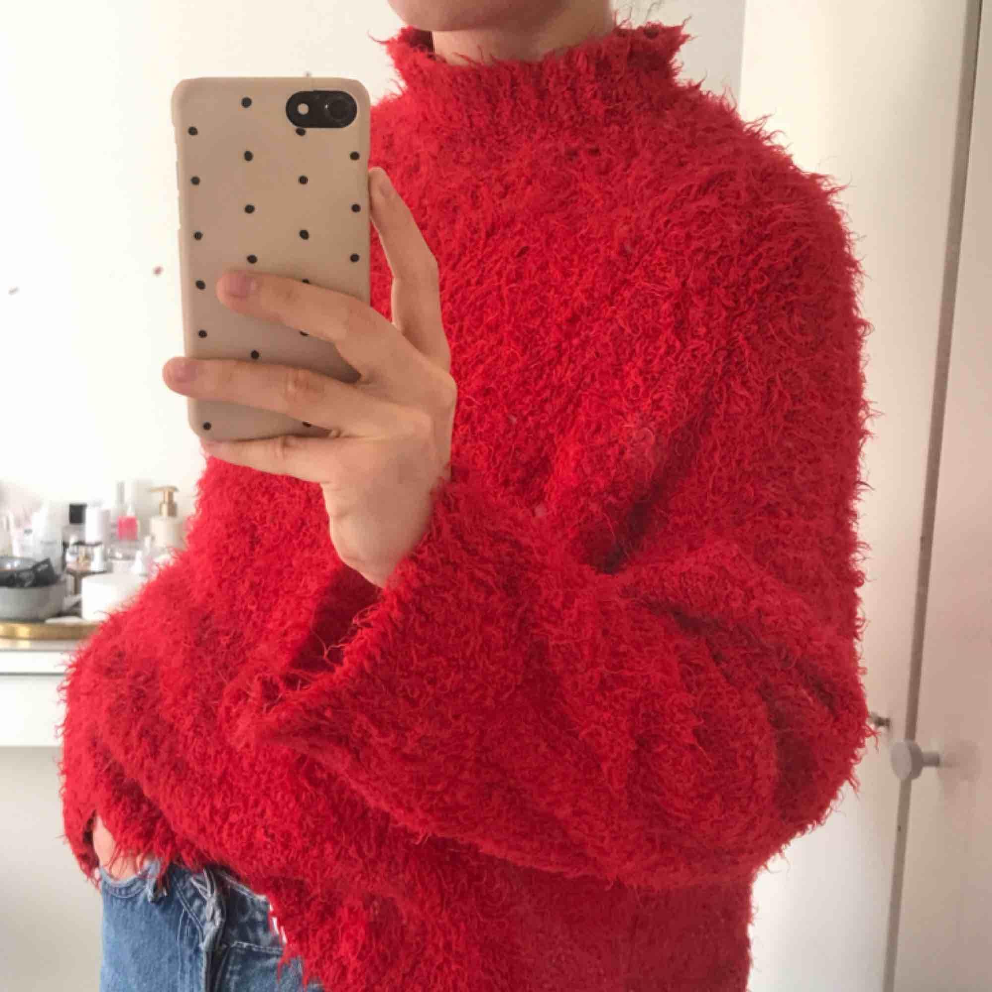 Supermjuk röd och fransig tutleneck från Sparle & Fade! Köpt från Urban Outfitters. Varm och go :) Frakt 59 SEK! . Stickat.